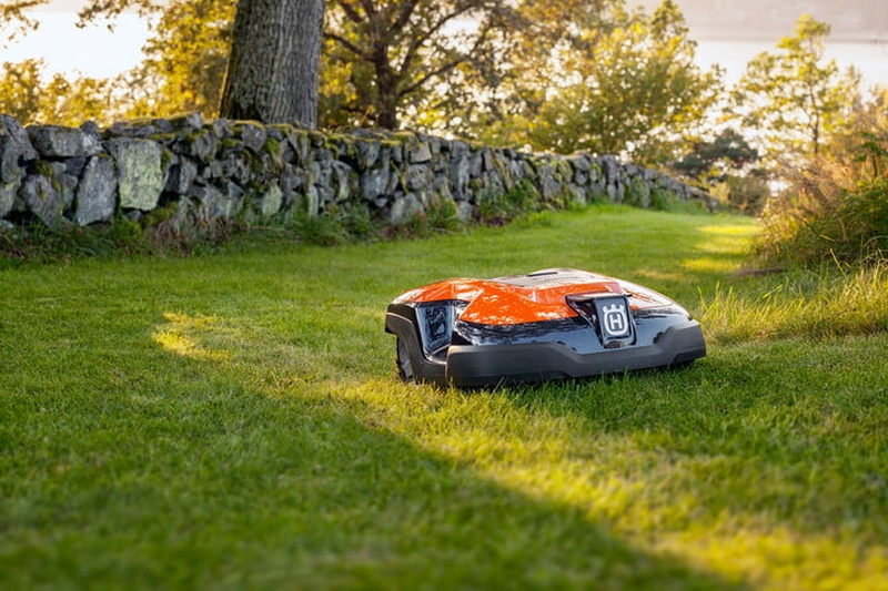 robot-lawnmowers-are-making-their-way-onto-american-grass-2-720x720.jpg.6e4fab26e11c944bda5e7cb605b54a62.jpg